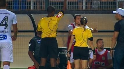 No banco de reservas, Vecchio recebe cartão amarelo aos 43 do 2º tempo