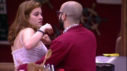 Ana Clara chora na cozinha e discute com Mahmoud
