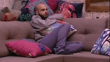 Mahmoud senta no sofá e segue com cara fechada