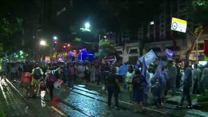 Manifestantes marcham no Centro do Rio pedindo igualdade entre os gêneros