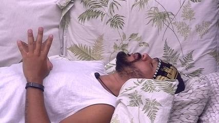 Viegas reza deitado na cama do Quarto Tropical