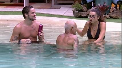 Ayrton, Breno e Paula se refrescam na piscina