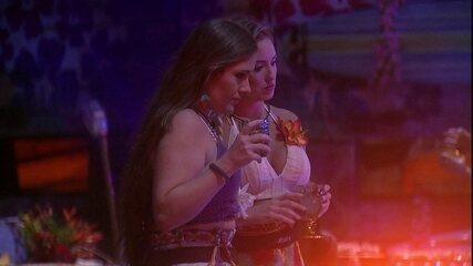Patrícia e Jéssica especulam votos durante a Festa Havaí