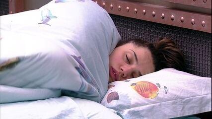 Paula vai dormir no Quarto Submarino
