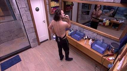 Diego escova os dentes no banheiro