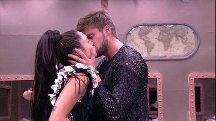 Paula e Breno se beijam no Quarto Submarino