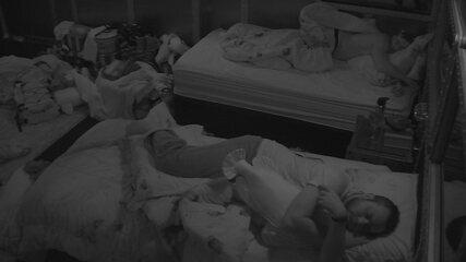 Brothers dormem no Quarto Submarino após Festa Intergaláctica