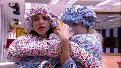 Jéssica e Paula tentam beber água com a roupa do Castigo do Monstro