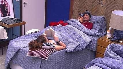 Ayrton faz massagem nos pés de Ana Clara enquanto ela lê