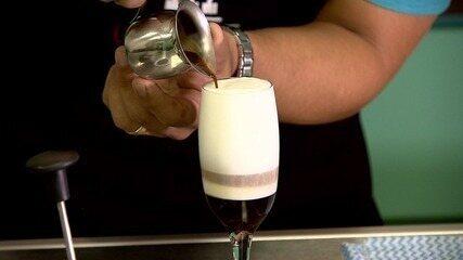 Bebida de Elisabeta em 'Orgulho e Paixão' mistura café e chocolate, aprenda