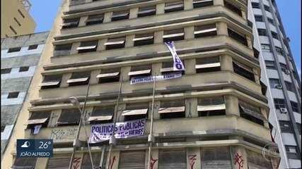 Integrantes do MTST ocupam prédio no Centro do Recife