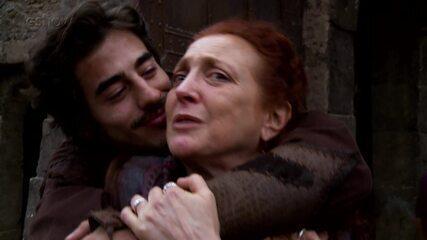 Débora Olivieri se emociona nos bastidores da prisão de Tiago, em 'Deus Salve o Rei'