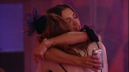 Paula e Ana Clara se abraçam e dizem: 'Para mim, basta'