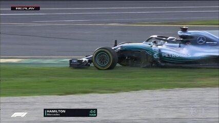 Hamilton parte para o ataque a Vettel, mas erra e escapa na pista