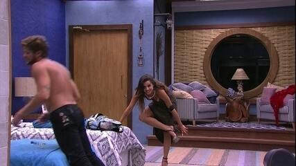 De vestido, Paula tira a calcinha e Breno se joga na cama