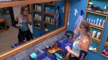 Jéssica acorda e passa maquiagem no banheiro