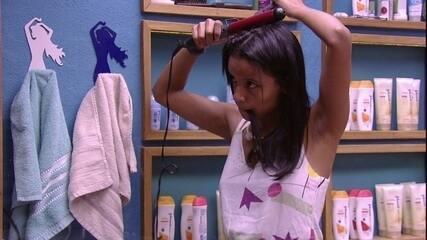 Gleici arruma o cabelo no banheiro