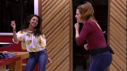 Ana Clara e Gleici se divertem cantando música de série de TV