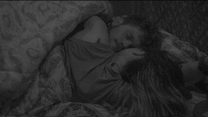 Breno dá beijo em Paula e sister faz carinho no rosto dele'
