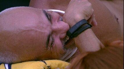 Ayrton brinca com hipótese de Caruso ser eliminado: 'Toma Mahmoud. Só não dá para embrulha