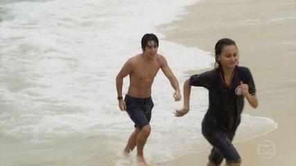 Maria Alice e Alex se divertem no mar