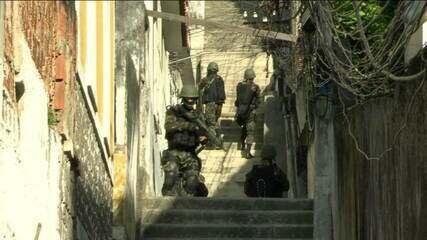 Militares e policiais fazem maior operação desde que a intervenção foi decretada no Rio