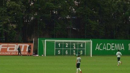 Hyoran arrisca de muito longe em treino do Palmeiras e quase marca do meio de campo