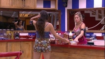 Paula separa batatas enquanto Jéssica prepara torrada