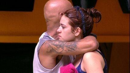 Ayrton consola Ana Clara após perder a Prova do Anjo