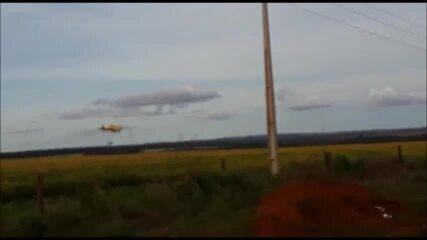 Avião dá numerosos rasantes e pulveriza agrotóxico em uma das poucas áreas de mata densa