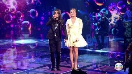 Depois, ele divide o palco com a técnica Claudia Leitte e, juntos, cantam 'Bola de Sabão'