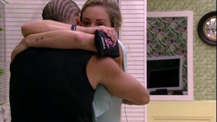 Emparedados, Jéssica e Kaysar se abraçam no Quarto Tropical