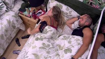 Jéssica volta a deitar ao lado de Kaysar no Quarto Tropical