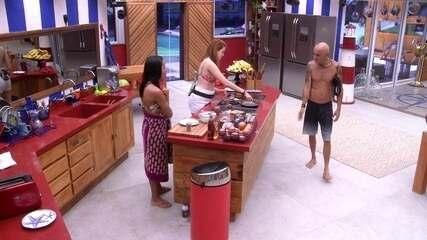 Ayrton tenta puxar papo com Ana Clara