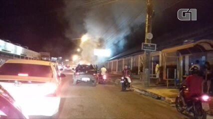 Carro pega fogo em frente a clube na Zona Leste de Teresina