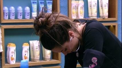 Paula chora sozinha apoiada na pia
