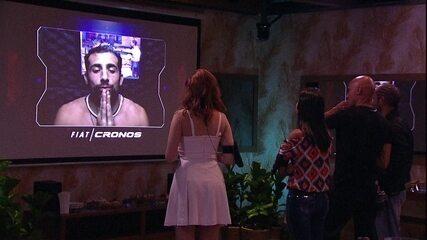 Kaysar assiste ao vídeo da cápsula do tempo da Festa Fiat Cronos