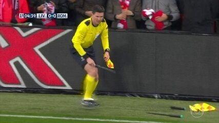 Auxiliar se enrola e quebra duas bandeiras na partida entre Liverpool e Roma