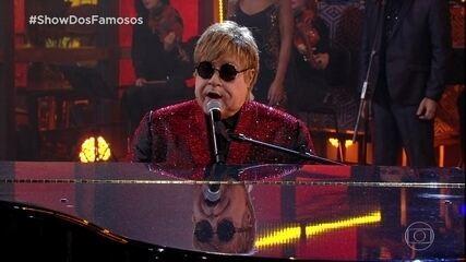 Tiago Abravanel interpreta Elton John no Show dos Famosos