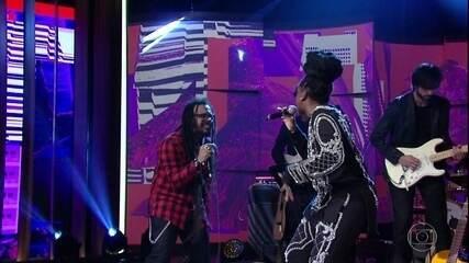 Iza e Falcão abrem o programa cantando 'Pesadão'