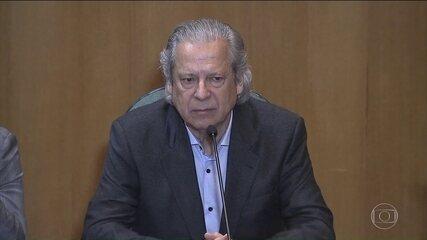 José Dirceu se apresenta antes da hora para cumprir pena de 30 anos