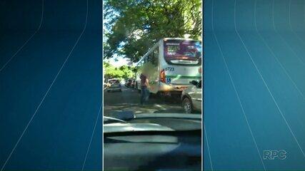 Homem ataca ônibus do transporte coletivo com enxadinha