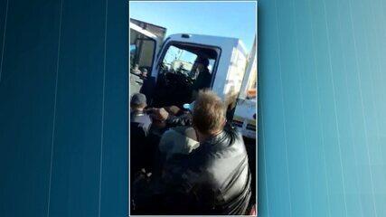 Manifestantes tentam impedir caminhoneiro de seguir viagem
