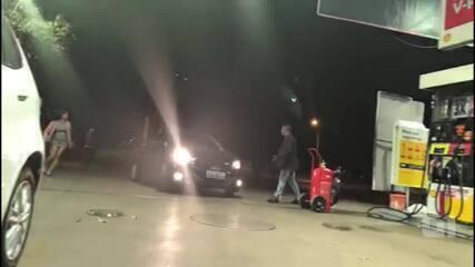 Motorista fura fila para abastecer no DF, é repreendido e atropela homem; vídeo