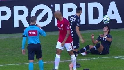 Romero faz embaixadinha com a cabeça com o jogo parado no Beira-Rio