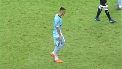 Everton domina na intermediária e arrisca o chute, mas a bola sai perto da bandeirinha