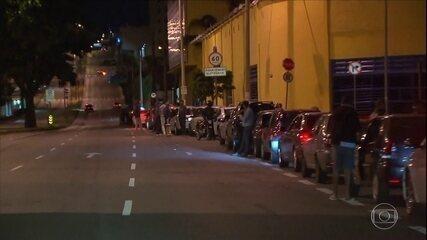 Motoristas enfrentam longas filas para abastecer veículos em várias cidades