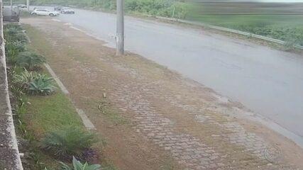 Pista escorregadia na marginal do Rio Jundiaí causa acidentes em Várzea Paulista