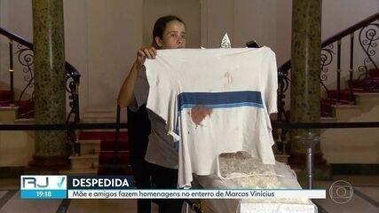 Estudante morto na Maré é enterrado. Mãe e amigos fazem homenagens ao adolescente