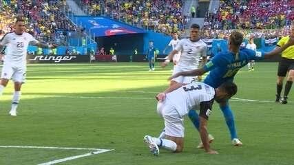 Árbitro dá pênalti em Neymar, mas volta atrás após consulta ao VAR, aos 34 do 2º